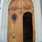 Une porte en bois clair au 8 place de l'Opéra