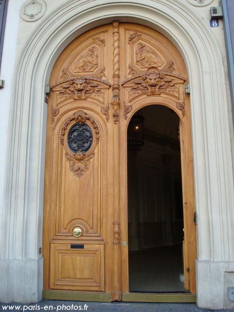 Une porte en bois clair au 8 place de l 39 op ra paris en for L encadrure de la porte