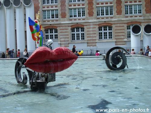 Une grosse bouche dans la fontaine niki de saint phalle paris en photos - Fontaine beaubourg niki de saint phalle ...