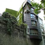 Une tour en bois dans l'avenue René Coty