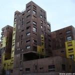 Une bâtisse jaune et marron, rue Elsa Morante