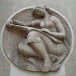Une sculpture de femme liseuse, 21 rue de Passy