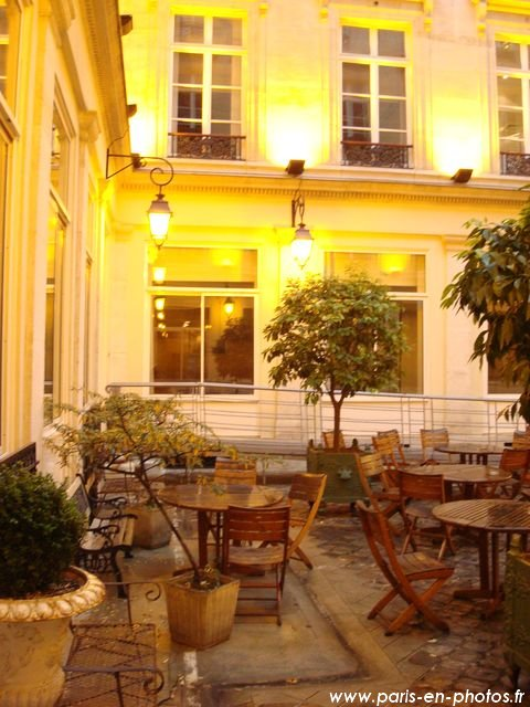 la terrasse interne du 24 rue des je u00fbneurs