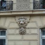 Le lion sculpté au 8 rue Alfred Vigny