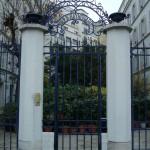 La grille d'entrée au 92 rue Raynouard