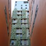 L'arrière du bâtiment à la déco végétale rue Hélène Brion