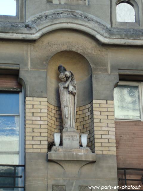 Statuette sur la façade de l'église Saint-Dominique