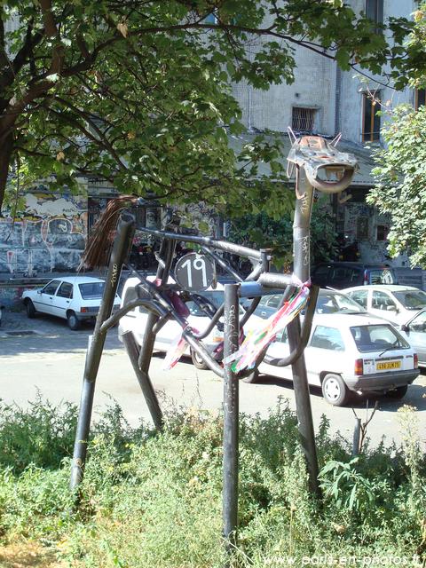 Sculpture moderne de chien, dans Les Frigos
