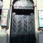 La porte du Théâtre Gymnase Marie Bell
