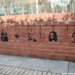 Une série de graffitis sur un muret
