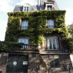 Façade feuillue à Montmartre