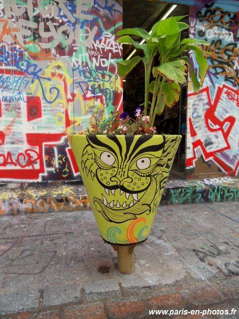 le pot de fleurs vert de la rue denoyez paris en photos. Black Bedroom Furniture Sets. Home Design Ideas