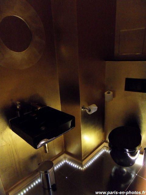 Toilettes dorées de James Bond, Seven Hotel