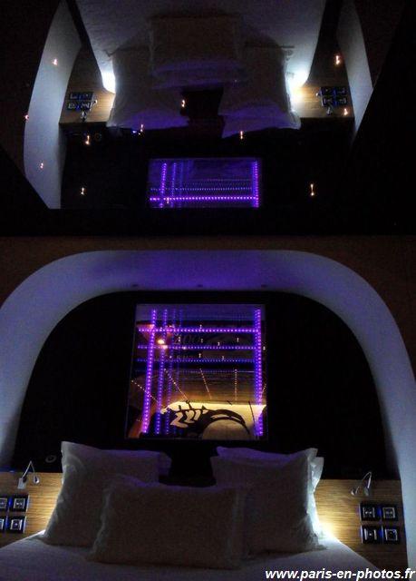 Visite au seven hotel paris en photos for Miroir au dessus du lit